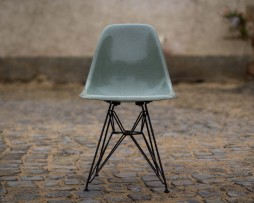 Ray and Charles Eames Fiberglas Stuehle